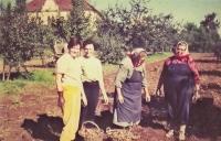 Maminka, teta, sestra a manželka ve Skočicích (60. léta)