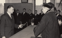 Předávání diplomů ve škole