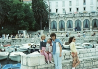 Na Hvaru – tehdejší Jugoslávii, s dcerami Markétou a Karolínou, 1986