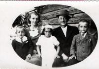 Josef Davídek (vlevo) s rodiči a sourozenci v roce 1940