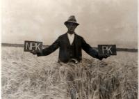 Otec Josefa Davídka při pokusech s hnojením ječmene v roce 1928
