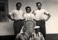 Josef Davídek (stojící vpravo) během žní v roce 1954