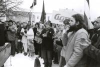 Demonstrace na Horním náměstí v Humpolci v den generální stávky 27. listopadu 1989