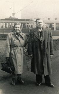 Rodiče pamětníka Františka a Josef Šírovi, rok 1959, jedou navštívit svého syna do vězení.