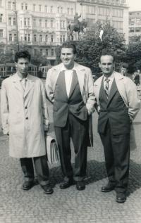 Miroslav Šír (vlevo) po propuštění z vězení v roce 1960. Se dvěma kamarády, bývalými vězni se nechali vyfotit v Praze.