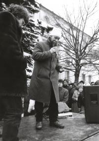 Josef Šeda hovoří z pódia na Horním náměstí v Humpolci během generální stávky dne 27. listopadu 1989