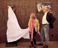 Monika s manželem při slavnostním odhalení busty Miroslava Horníčka ve foyer Malé scény v Novém divadle (2018)