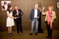 Monika s manželem a primátorem Martinem Baxou při slavnostním odhalení busty Miroslava Horníčka ve foyer Malé scény v Novém divadle (2018)