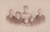 Prababička Anna Tillerová, pradědeček prof. Karel Tiller (císařský rada), děti: Jaroslav, Karel, Zdena, Marie (rok 1894)