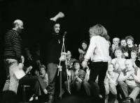 Divadlo v revolučním roce 1989 - místo představení se odehrávaly diskuse s diváky moderované Pavlem Pavlovským