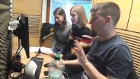 Žáci ZŠ Na Smetance při nahrávání rozhlasové reportáže v rámci projektu Příběhy našich sousedů