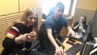Žáci ZŠ Na Smetance při nahrávání audioreportáže v rámci projektu Příběhy našich sousedů