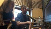 Žáci ZŠ Na Smetance v rozhlasovém studiu při nahrávání audioreportáže v rámci projektu Příběhy našich sousedů
