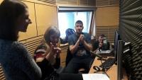 Žáci ZŠ Na Smetance při nahrávání audioreportáže o příběhu paní Evaldové v rámci projektu Příběhy našich sousedů