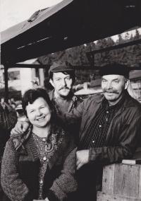 Fotka z natáčení seriálu Synové a dcery Jakuba skláře, vlevo Libuše Trpišovská, Miloslav Lhoťan, Jaroslav Choutka; 14. 9. 1984