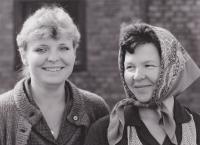 Z natáčení seriálu Synové a dcery Jakuba skláře, vpravo Libuše Trpišovská a vlevo Irena Choutková; 18. 9. 1984