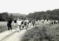Pochod Havlíčkovy mládeže / Zcela vlevo v černém Petr Hrabalík, vedle něj František Štibor, který dle instrukcí StB celý pochod formoval / 29. července 1989 / archiv Petra Hrabalíka