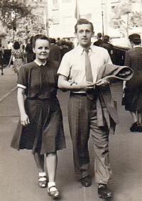 S přítelkyní a budoucí manželkou během studií v Praze (r. 1946)