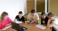 Žáci ZŠ Moravská Nová Ves při přípravě na besedu s pamětníkem