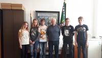 Pan Hronek s žáky ZŠ Na Valtické při rozhovoru v rámci projektu Příběhy našich sousedů