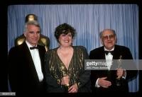Karel Černý spolu s Patrizií von Brandenstein přebírají z rukou Steva Martina Oscara za nejlepší výpravu za film Amadeus, 25. března 1985