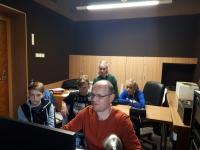 Žáci ZŠ Na Valtické v olomouckém studiu Českého rozhlasu při nahrávání audioreportáže o Janu Hronkovi