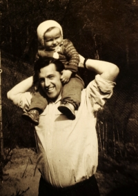 Karel Hrubý se svým patnáctiměsíčním synem. Den nato byl zatčený
