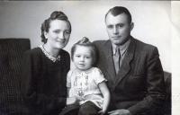 Olga Bílková, rozená Glajchová, s manželem Vladimírem a dcerou Zdeničkou, 1948