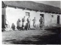 Glajchovi před truhlářskou dílnou tatínka ve Straklově