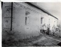 Glajchovi před svým domem ve Straklově