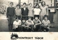 Jan Slezák (zcela vlevo dole) na pionýrském táboře, cca 1973