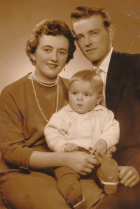 Jan Slezák s rodiči Janem a Marií, 1962