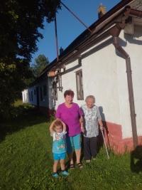 Před Panským domem, zleva pravnouček Libuše Trpišovské, Libuše Trpišovská a Eva Dvořáková; ze společného natáčení 11. 8. 2019 v Tasicích