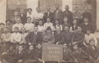 Skupina sklářů Tasice, Karel Kohoutek pátý zleva v prostřední řadě (nejmenší), 1922