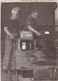 Vlevo Karel Kohoutek, tatínek Libuše Trpišovské, přímo u pece v huti