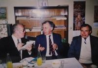 Radomír Malý na fotografii vlevo jako redaktor Lidové demokracie mluví s místopředsedou vlády národního porozumění Františkem Reichelem.JPG