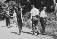 Radomír Malý na fotografii vpravo na pěší pouti na Velehrad
