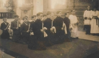 Biřmování v kostele sv. Markéty v Břevnovském klášteře, Bořivoj Rak první zleva klečící v černém