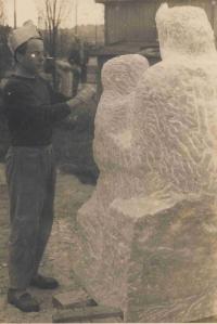 Při sochařské tvorbě