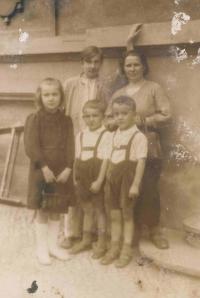 Rakovi, zleva Ludmila, Jiří, maminka Terezie a dole stojí Přemysl a Bořivoj