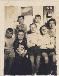 Rodina Rakových, zleva nahoře Bořivoj a Přemek, dole Miroslav, Ludmila, Jiří, Vladimír a maminka Terezie