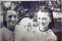 Zleva Olga Bílková s dcerou Zdeničkou a sestrou Věrou, 1944
