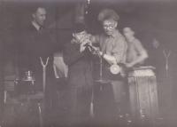 Karel Kohoutek (vpravo) zaučuje mladíka v huti, archiv L. Trpišovské
