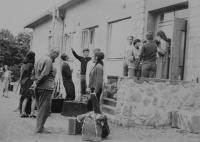 Tajná duchovní cvičení pod vedením pátera Václava Razika, který je na fotografii v popředí, vpravo od něj stojí Radomír Malý
