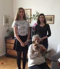 Žáci ze ZŠ Na Smetance při nahrávání příběhu paní Evaldové