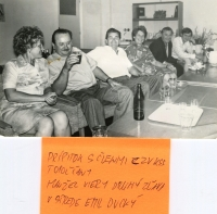 Pamätníčka s manželom s priateľmi a kolegami
