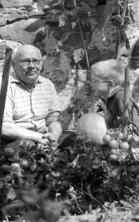Se svým ukrajinským dědečkem na zahradě v Novém dvoře, konec 50. let