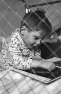 Vladimír Czumalo prohlížející si knihu Karla Čapka Dášeňka čili život štěněte, Karlovy Vary, 2. polovina 50. let