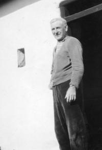 Vladimírův dědeček Karel Brož (bývalý starosta obce a československý legionář) před vepřovicovou chalupou v Litohlavech, 1. polovina 70. let