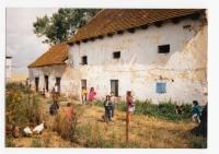 Stav statku v Budičovicích při restituci v 90. letech 20. století